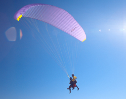 Gleitschirm fliegen: Paerchenflug mit 2 Gleitschirmen